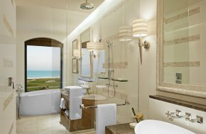 st-regis-suite-badrum-med-utsikt-463kb